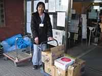 支援物資を運ぶボランティアさん